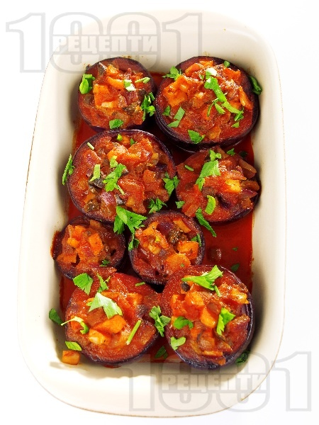 Пълнен лук с гъби печурки, пушени пилешки гърди и доматено пюре - снимка на рецептата